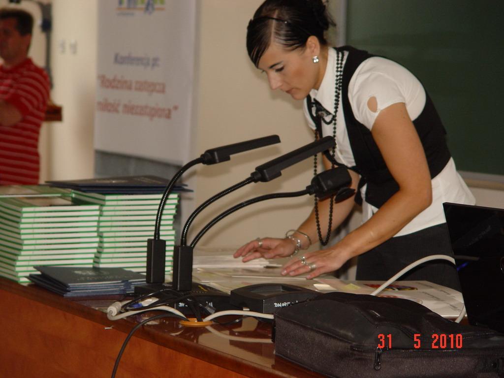 pracownik PCPR w trakcie przygotowania podziękowań