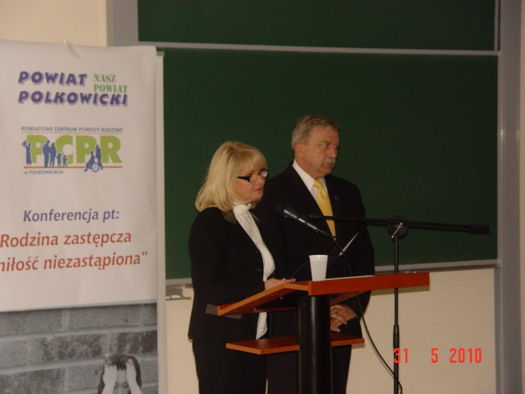 Dyrektor PCPR i Starosta przemawiający do rodzin