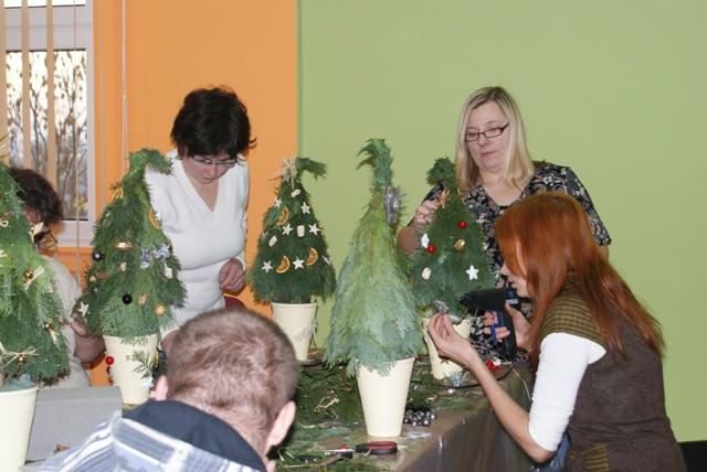 Wykonywanie choinek przez uczestników Projektu.