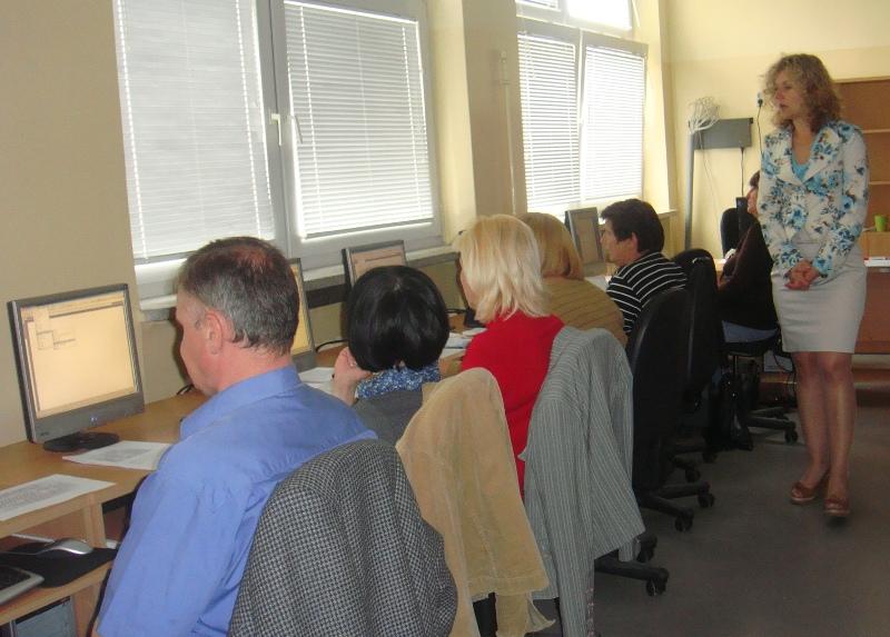 prowadząca zajęcia komputerowe objaśnia uczestnikom obsługę edytora tekstów