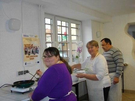 Uczestnicy projektu podczas nauki gotowania na kursie gastronomicznym.