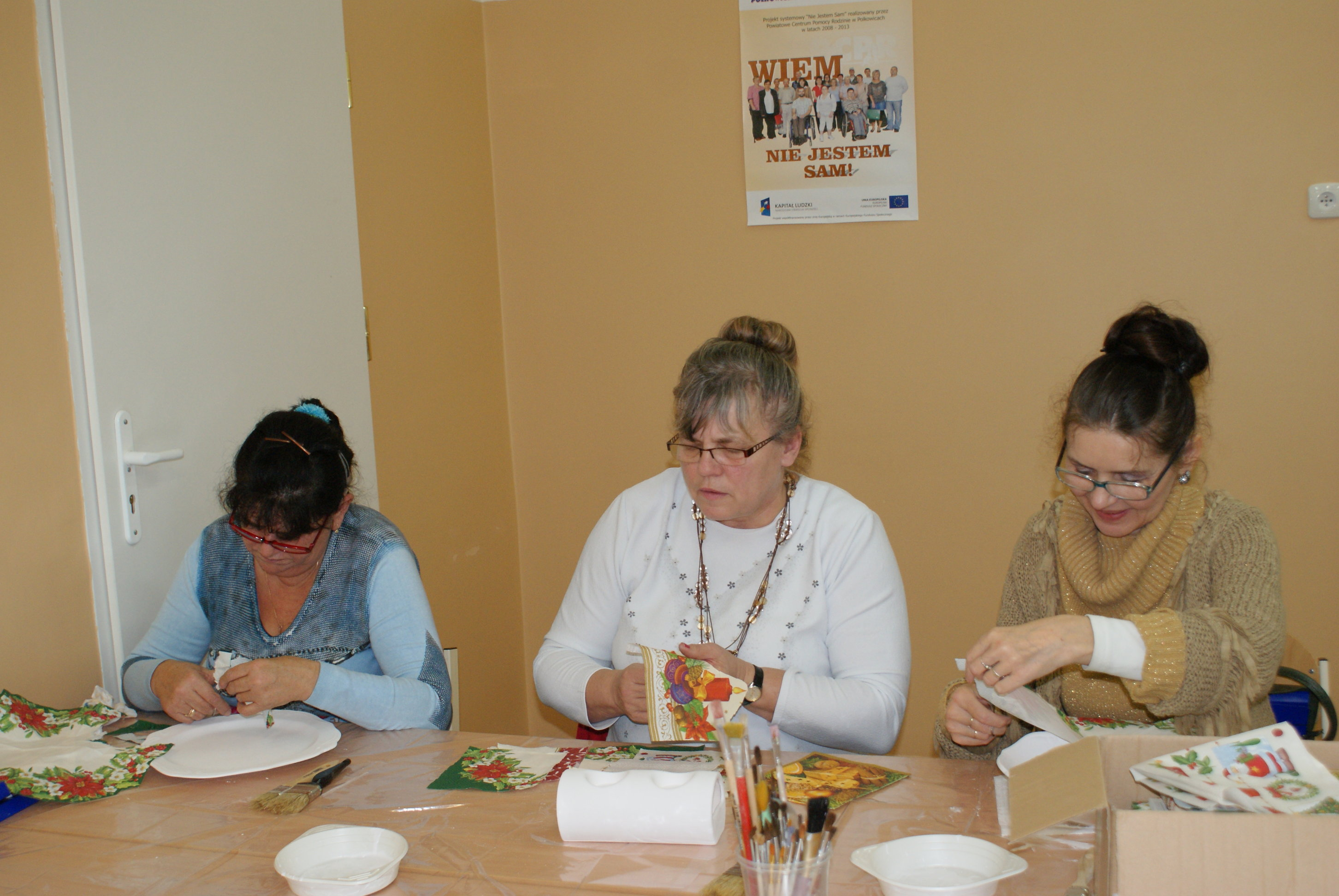 Uczestniczki Projektu podczas nauki dekorowania przedmiotów metodą decoupage.