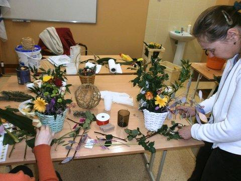 Nauka układania kompozycji kwiatowych.