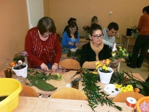 Uczestnicy Projektu podczas układania kompozycji kwiatowych w naczyniach.