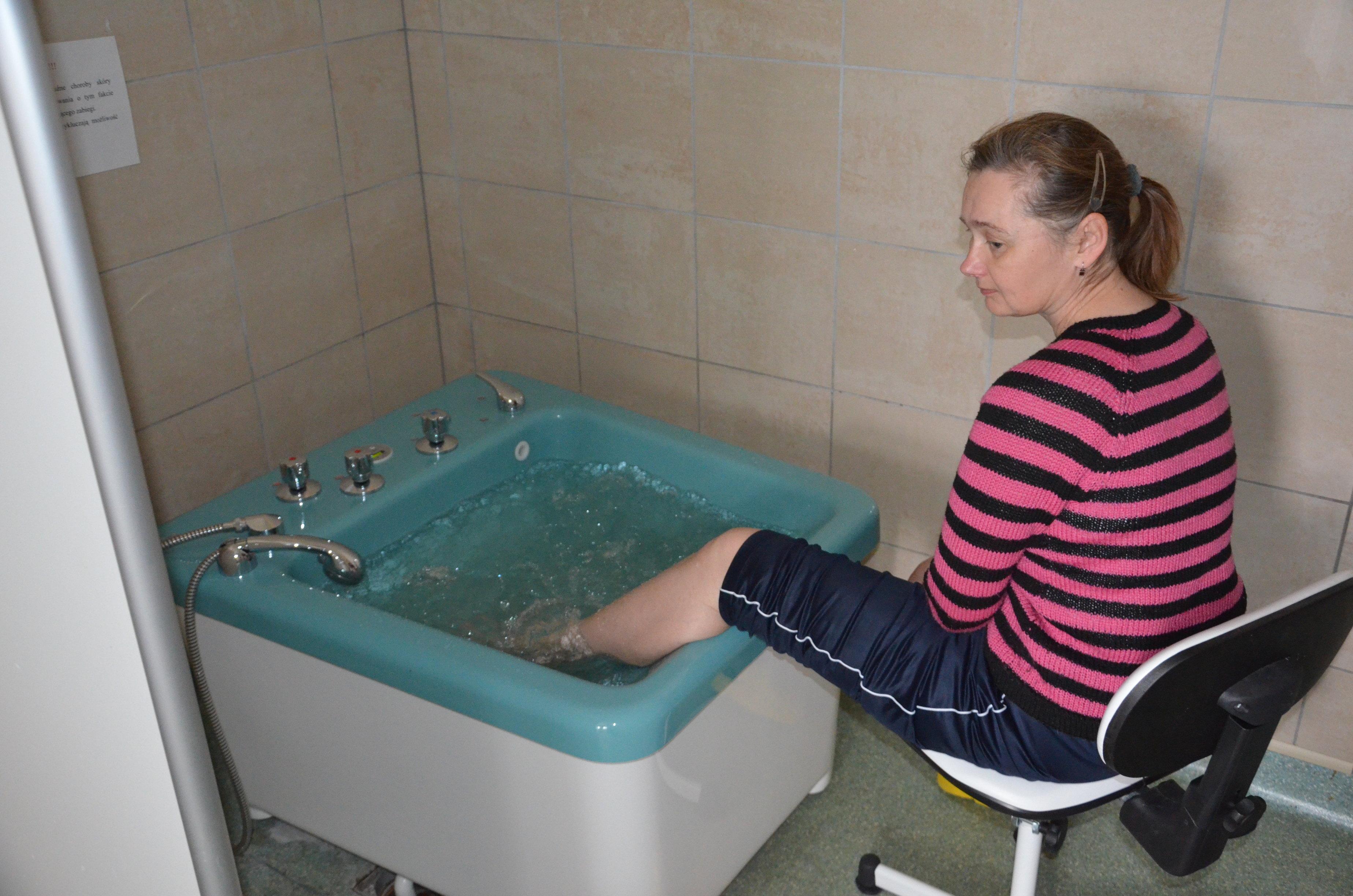 Uczestniczka podczas masażu wirowego stóp.